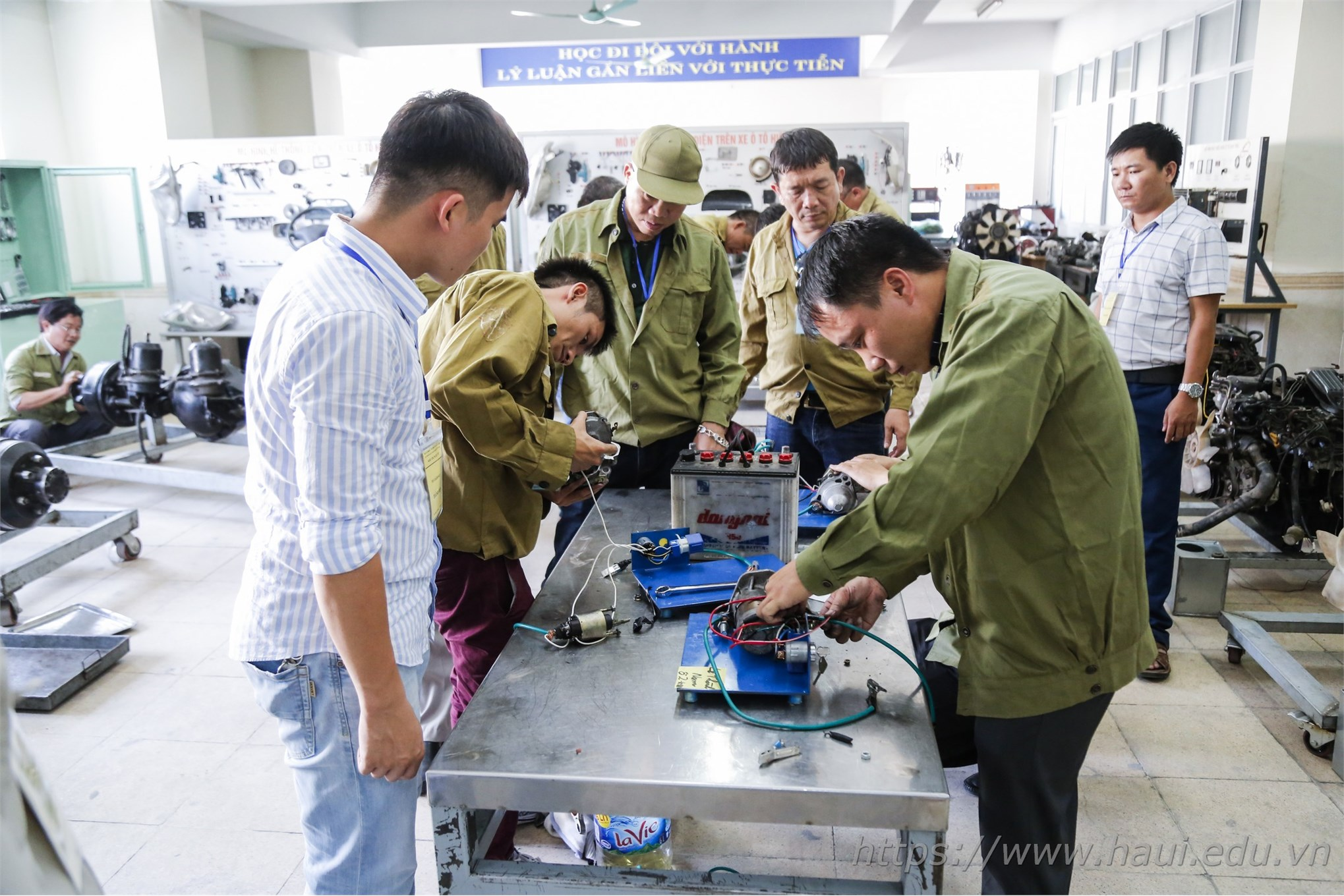 thí sinh thực hiện phần thi thực hành nghề công nghệ ô tô