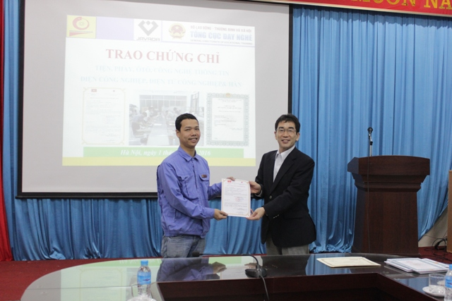Ông Uchino Tomohiro trao chứng chỉ Tiện bậc 3 theo tiêu chuẩn Nhật Bản cho thầy Trần Ngọc Tân, giáo viên Trung tâm Việt Hàn