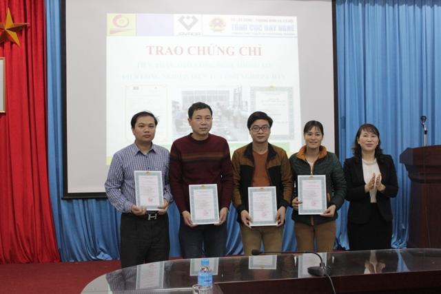 Phó Hiệu trưởng Bùi Thị Ngân trao chứng chỉ kỹ năng nghề quốc gia cho giáo viên tỉnh Vĩnh Phúc
