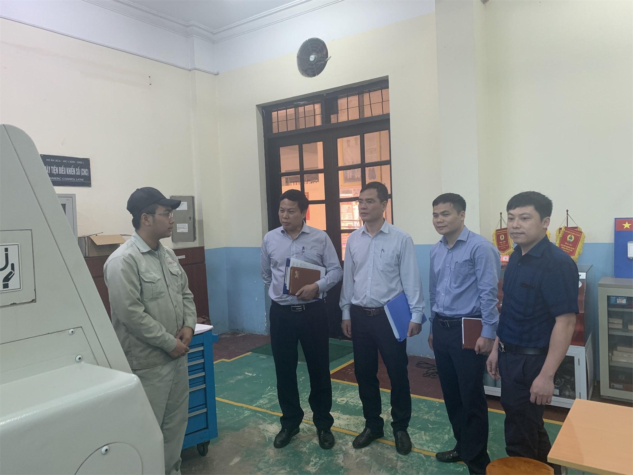 Đoàn công tác kiểm tra công tác huấn luyện nghề Tiện CNC