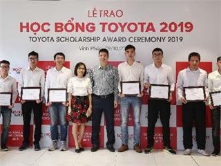 Toyota Việt Nam trao tặng học bổng cho sinh viên và thiết bị đào tạo cho nhà trường